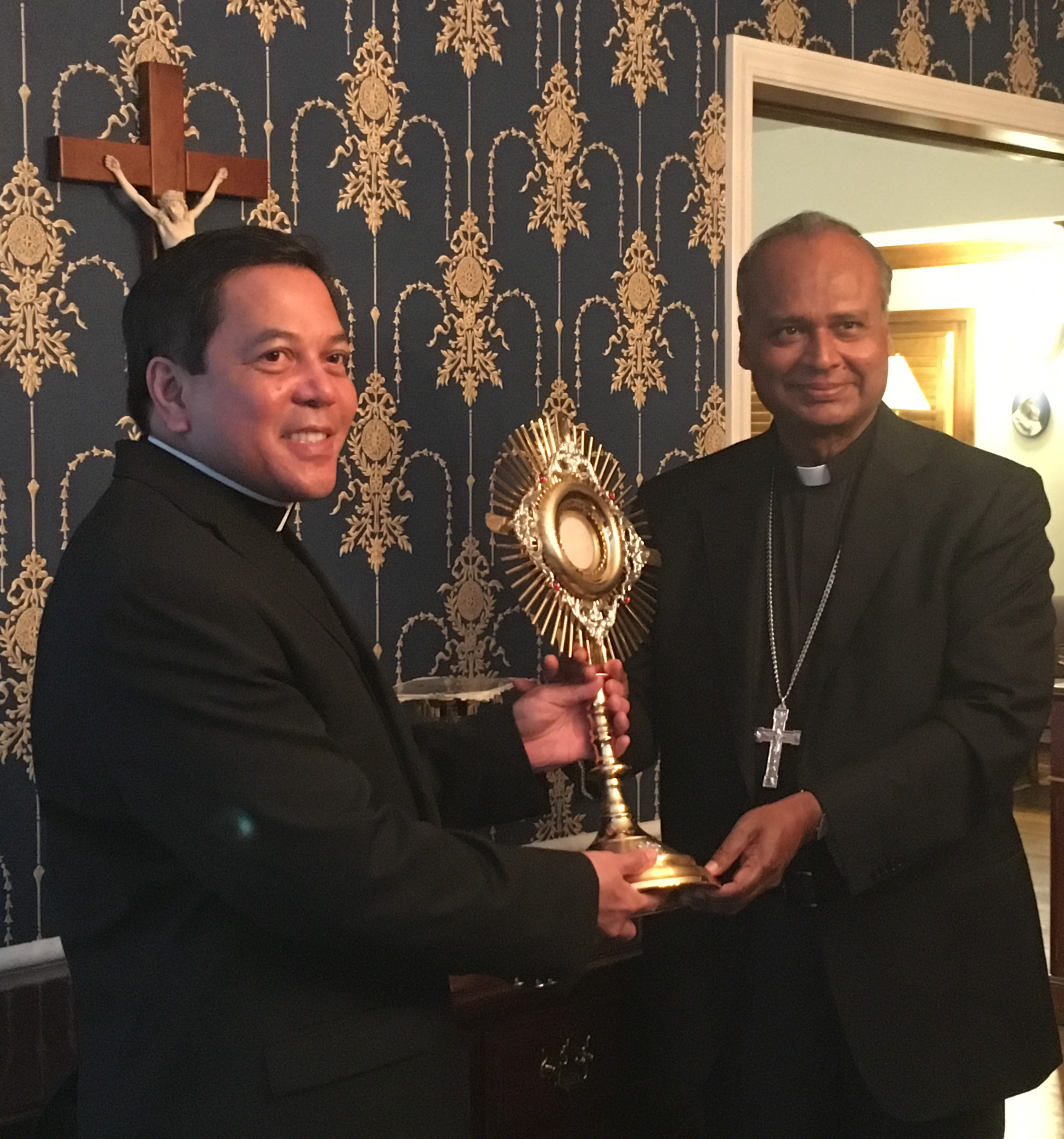 Atlanta, USA - Deacon Rick Medina presents Archbishop George Antonysamy of the Archdiocese of Madras and Mylapore with a new monstrance