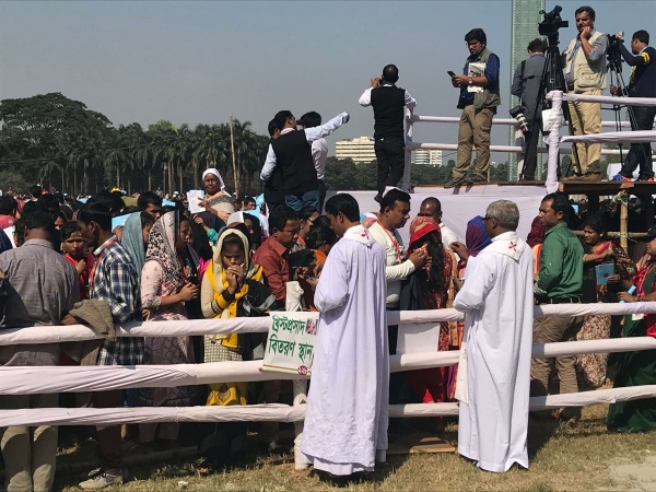 Bangladesh - Distribution of Holy Communion during mass with Pope Francis