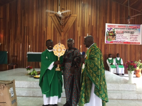 Fr. Bokoe, St. Paul\'s parish in Bonyere, Ghana, receives a new monstrance