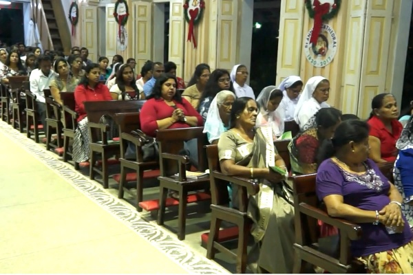 The faithful of Kurunegala in prayer before the Blessed Sacrament to celebrate Christmas