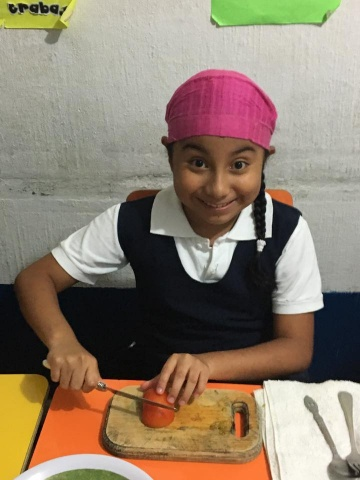 MA Guatemala - Students help prepare food for career day