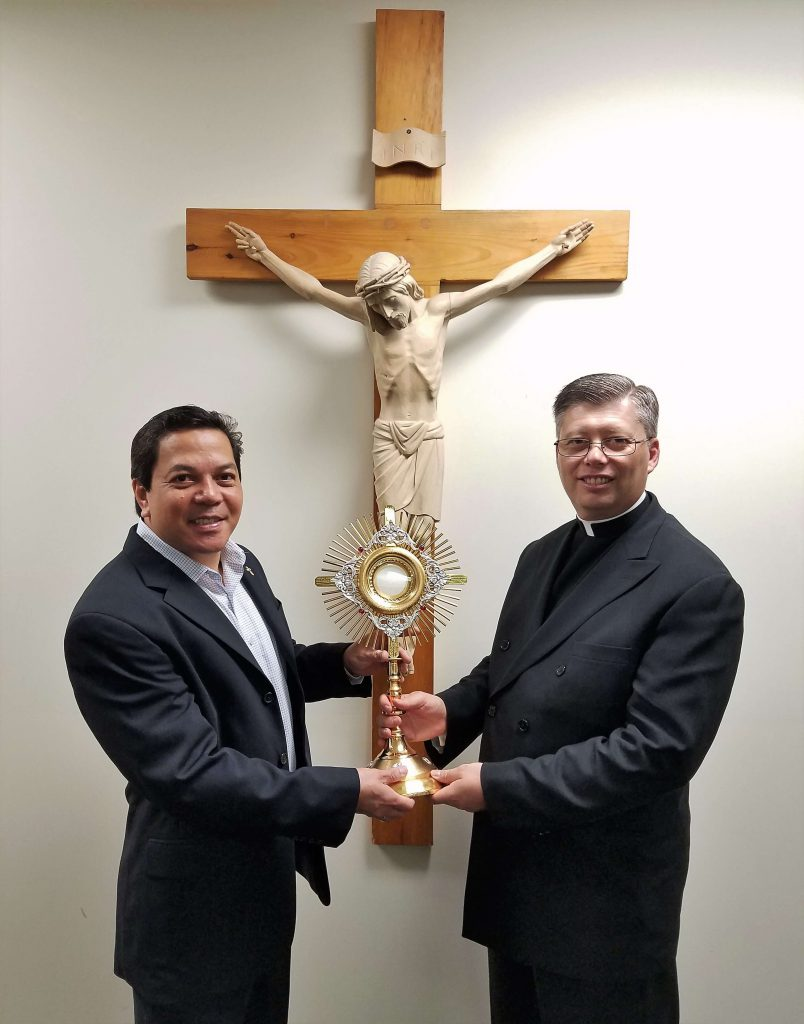 Atlanta, USA - Deacon Rick Medina, Executive Director of Catholic World Mission, presents this monstrance to Fr. Frank Formolo, LC, on behalf of Fr. Simon Chung, LC, in South Korea.