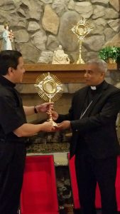 Atlanta, USA - Deacon Rick presents Bishop Harry with a monstrance for Sri Lanka