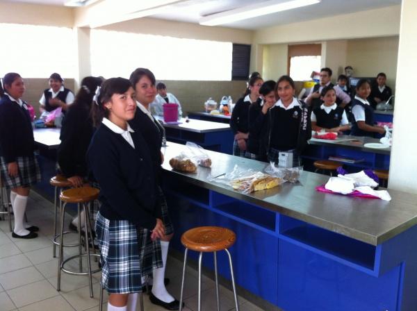 Mano Amiga Zomeyucan students taking a lunch break