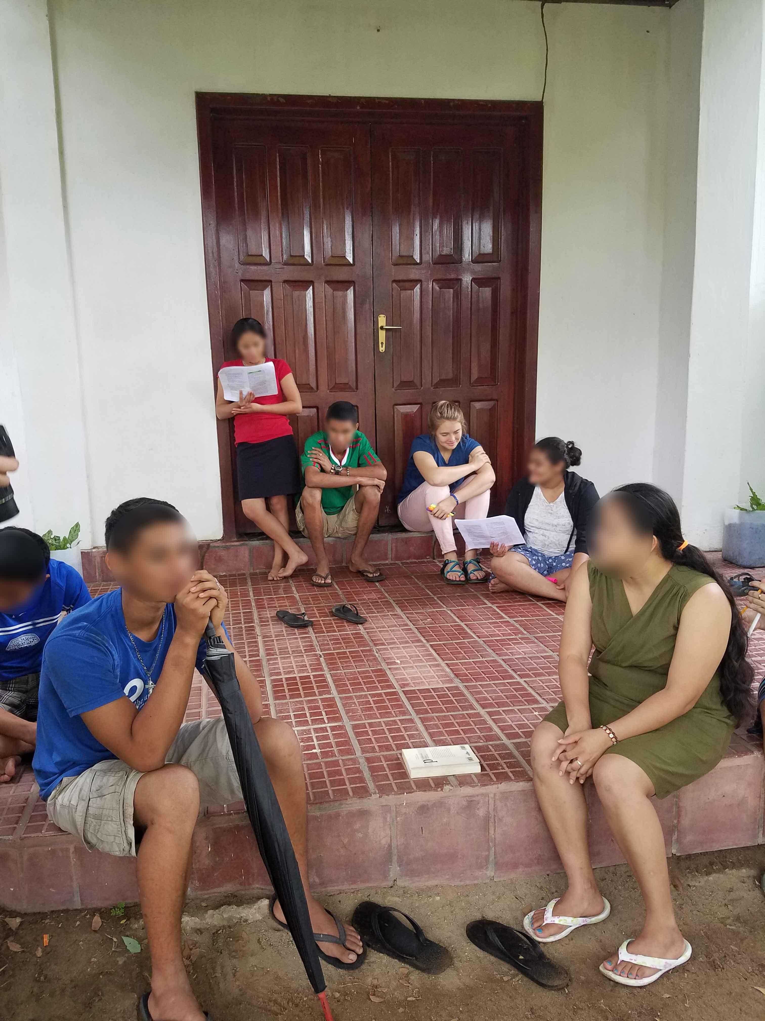 Middle & upper grade students reading outside - Honduras