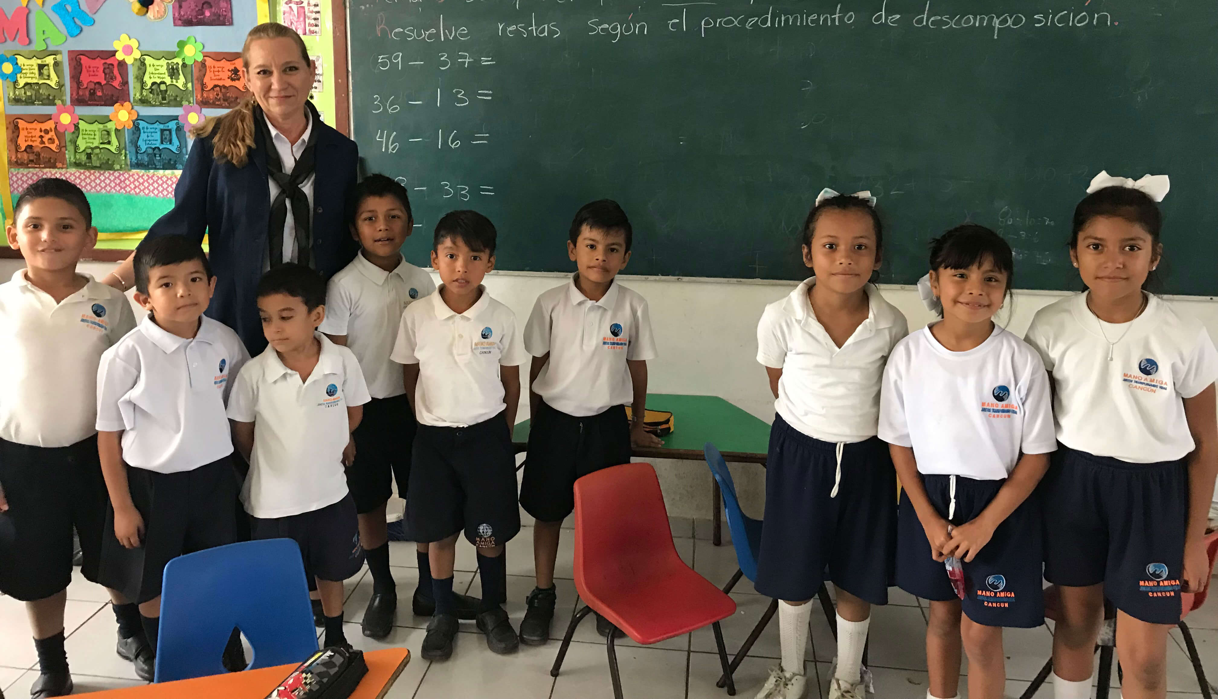 Students and teachers at Mano Amiga Cancun