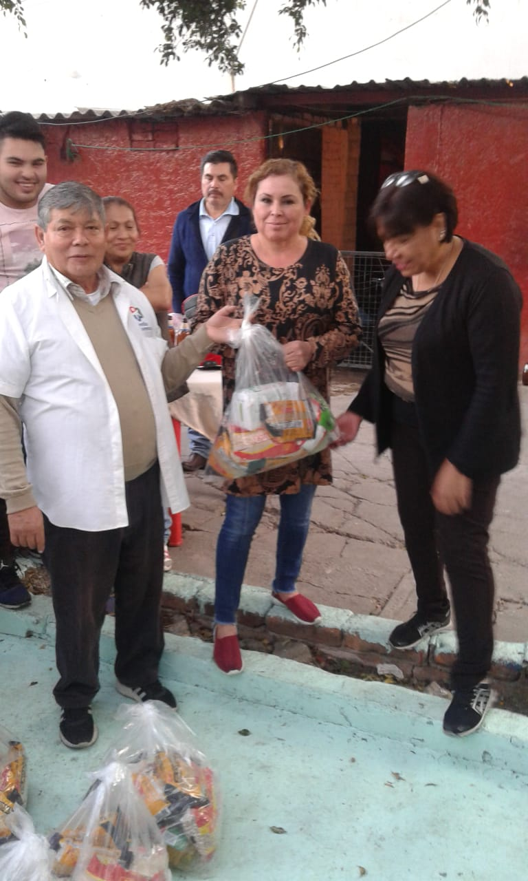 Delivery of food to families in Tacuba 11