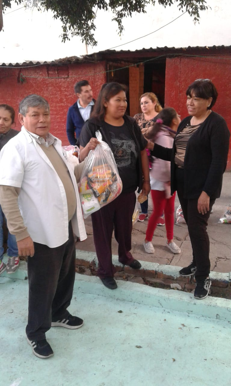Delivery of food to families in Tacuba 6