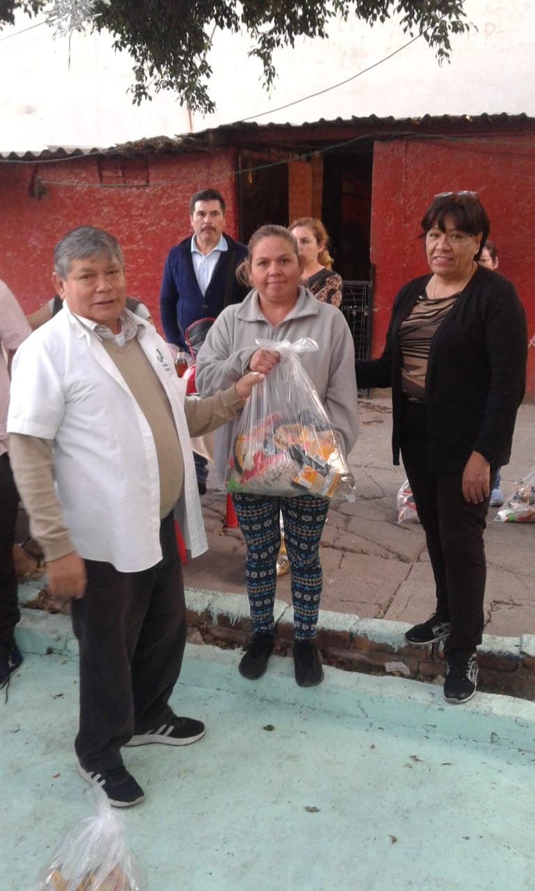 Delivery of food to families in Tacuba 7