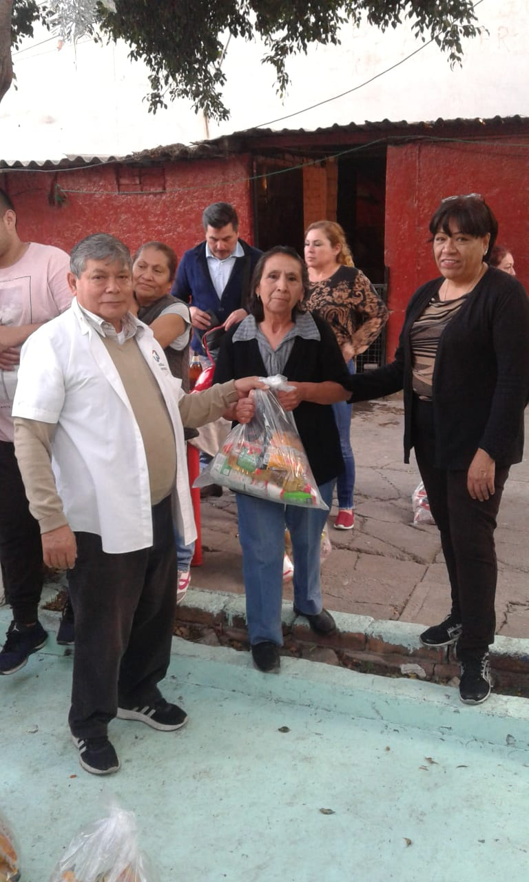 Delivery of food to families in Tacuba 8