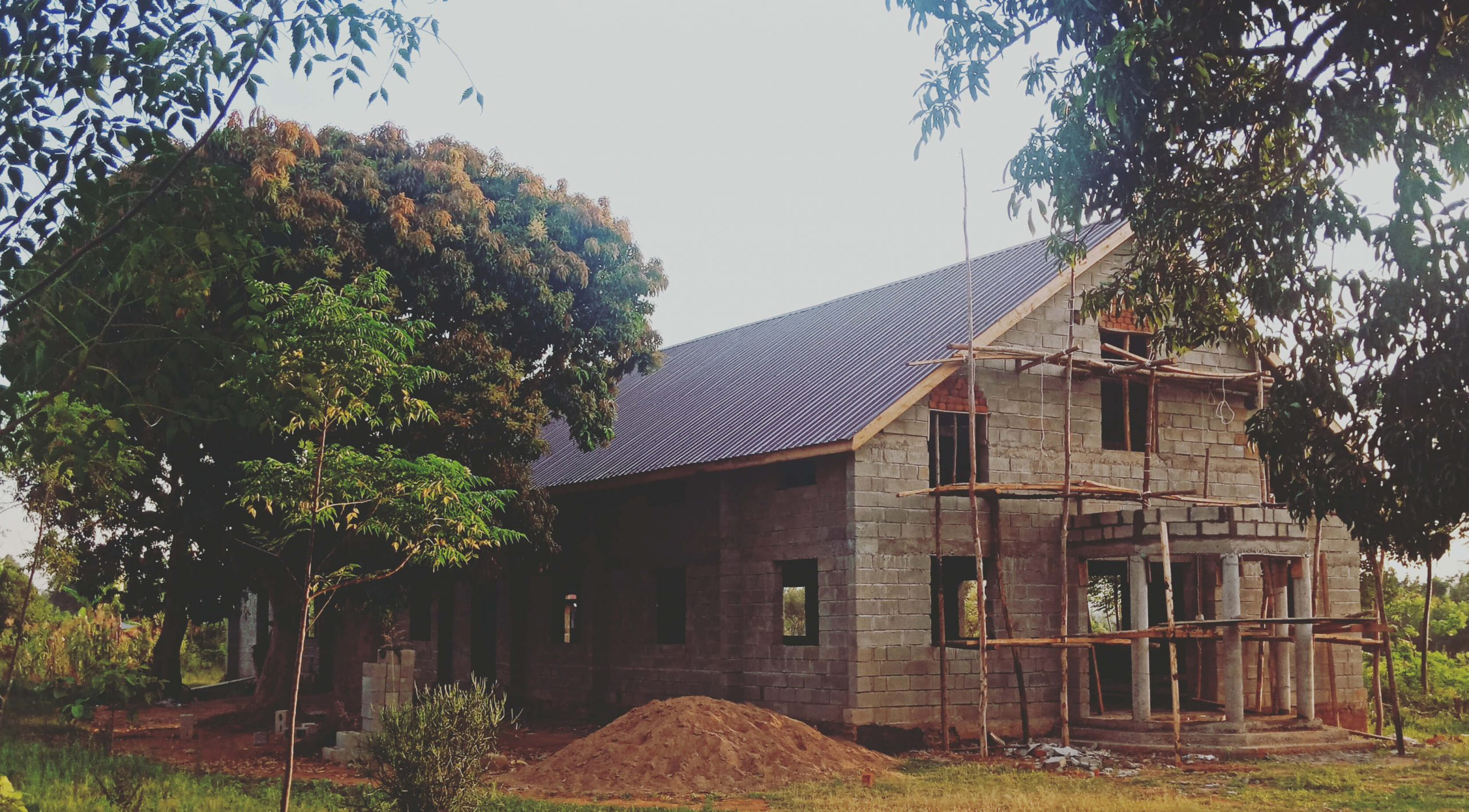 Uganda - Roofing works are now in progress!