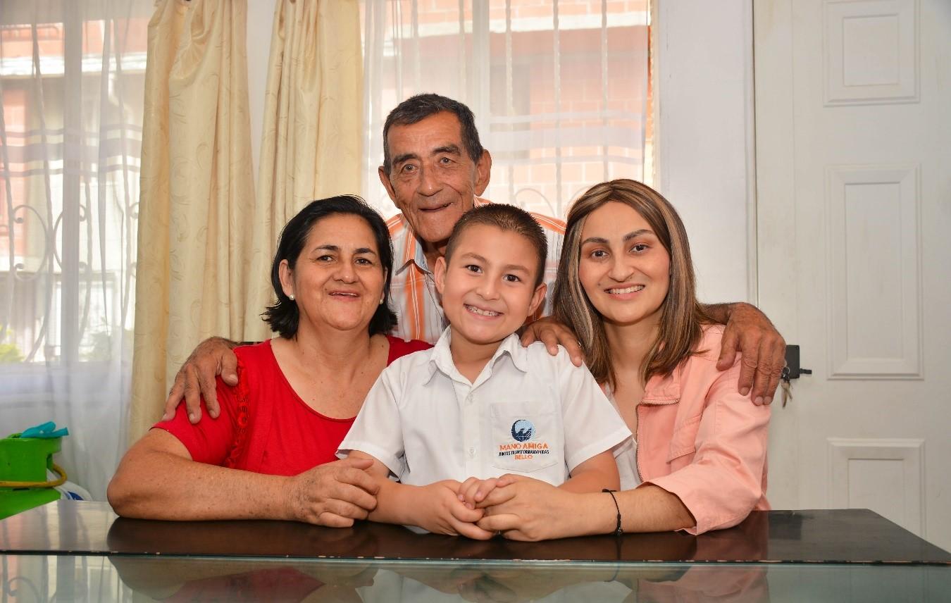 Mano Amiga Colombia Family Photo