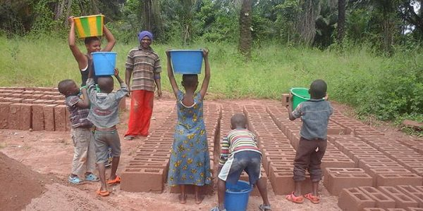 Children gathering water from river 4km away to get clean water