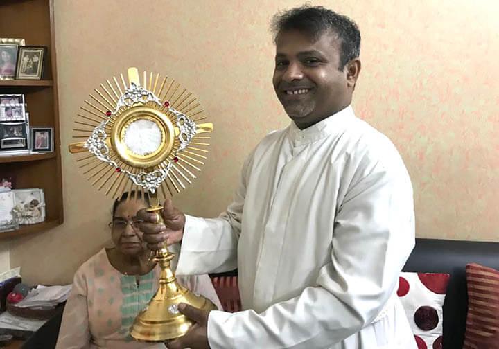 Fr. Francis Noronha received a Monstrance in Mumba,i India
